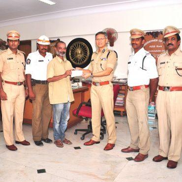 Police Commissioner, Sri D. Goutam Sawang, I.P.S appreciates Honest Auto driver - 12-04-2017