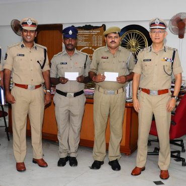 Sri D. Gautam Sawang, IPS, Commissioner of Police appreciating Police staff of Satyanarayanapuram PS who caught offenders committing theft in night beat on 01.09.2017