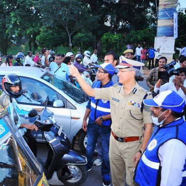 Sri D. Gautam Sawang, IPS, Commissioner of Police giving instructions to pedestrians, two wheeler riders, four wheeler drivers about traffic awareness alongwith Traffic Warderns on 07.09.2017