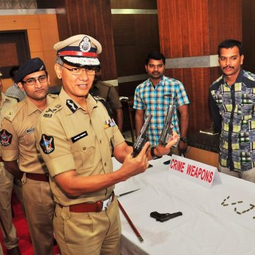 Sri D. Gautam Sawang, IPS, Commissioner of Police showing Weapons in Gold Robbery Case Press Meet on 24.07.2017