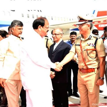 Sri M. Venkaiah Naidu, Honourable Vice President of India greeted by Sri D. Gautam Sawang, IPS, Commissioner of Police on his arrival in Vijayawada, on 26.08.2017