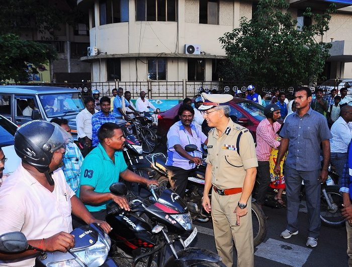Sri D. Gautam Sawang, IPS, Commissioner of Police giving instructions to pedestrians, two wheeler riders, four wheeler drivers about traffic awareness alongwith Traffic Warderns on 07.09.2017 - 1