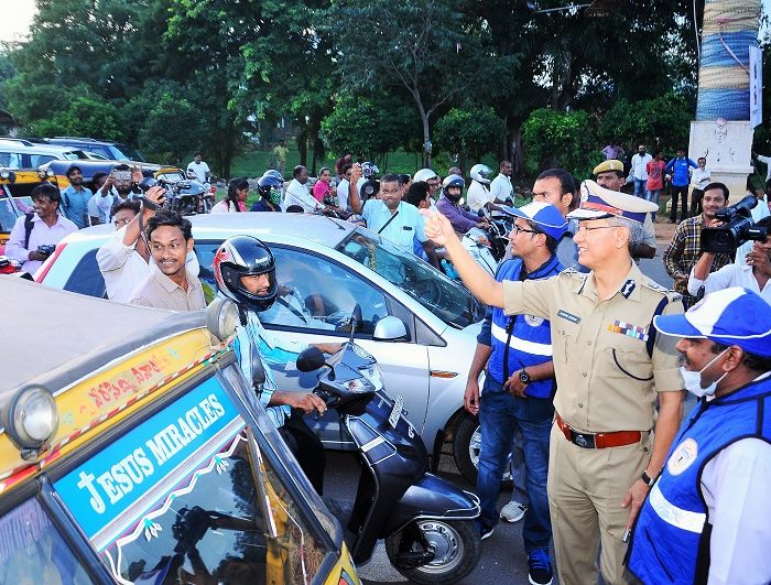 Sri D. Gautam Sawang, IPS, Commissioner of Police giving instructions to pedestrians, two wheeler riders, four wheeler drivers about traffic awareness alongwith Traffic Warderns on 07.09.2017 - 2