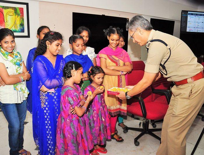 Sri D. Gautam Sawang, IPS, Commissioner of Police giving sweets to children on the occassion of Raksha Bandhan on 07.08.2017 2
