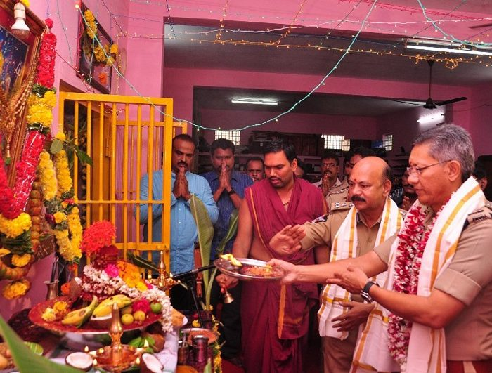 Sri D. Gautam Sawang, IPS, Commissioner of Police performing Aayudha Puja in view of the Maharnavami day at CAR grounds on 28-09-2017-2