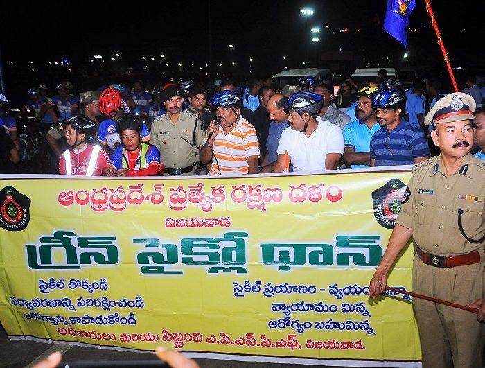 Sri N. Sambasiva Rao, IPS, DGP, AP inaugurating Green Cyclothon at Prakasam Barrage, Vijayawada on 11.08.2017 - 3
