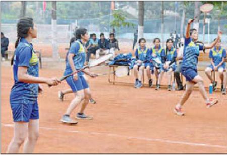 దూసుకుపోతున్న ఆతిథ్య కృష్ణా వర్సిటీ జట్టు