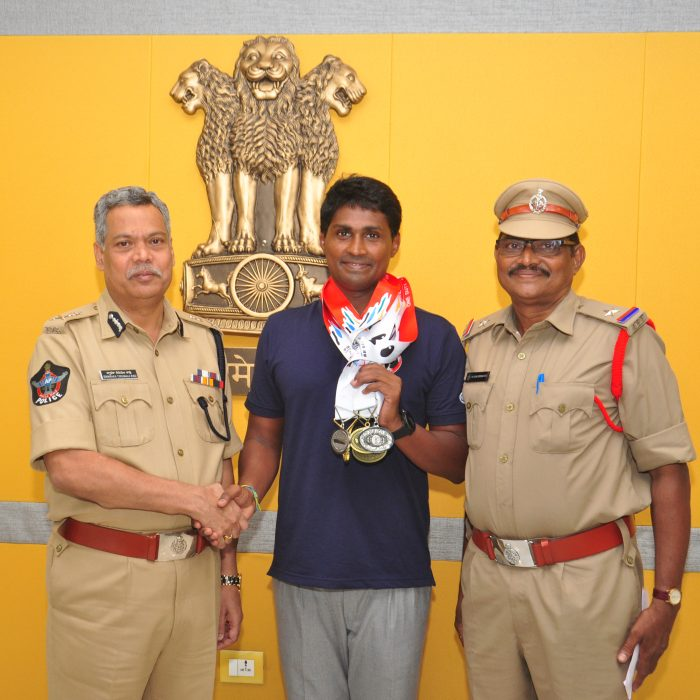 CP SIR IS APPRECIATING THE SWIMMER CHAITANYA
