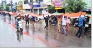 300 అడుగుల జాతీయ జెండాతో కార్మికుల భారీ ర్యాలీ